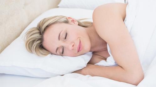 Slapende vrouw op een passend hoofdkussen